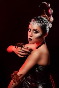 Портрет красоты девушки с пауком в ее руках.