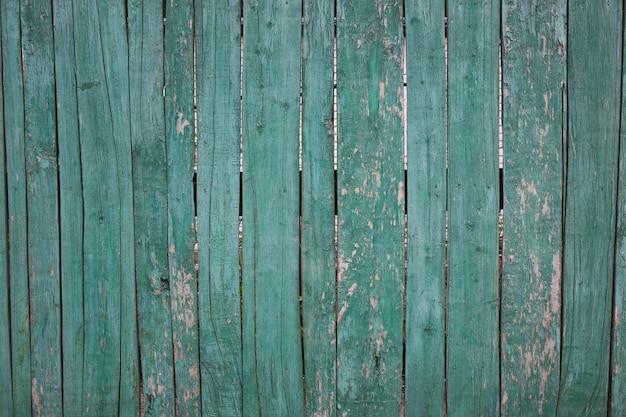 古い合板は青いです。