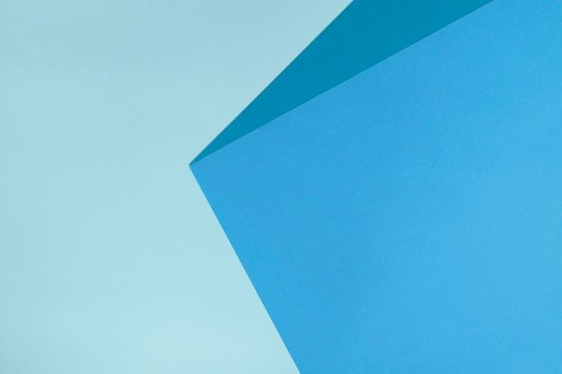 青い色で抽象的な幾何学的な紙の背景。