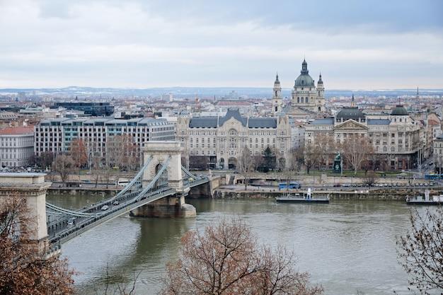 ドナウ川とセーチェーニランチード、ブダペスト、ハンガリーのパノラマビュー