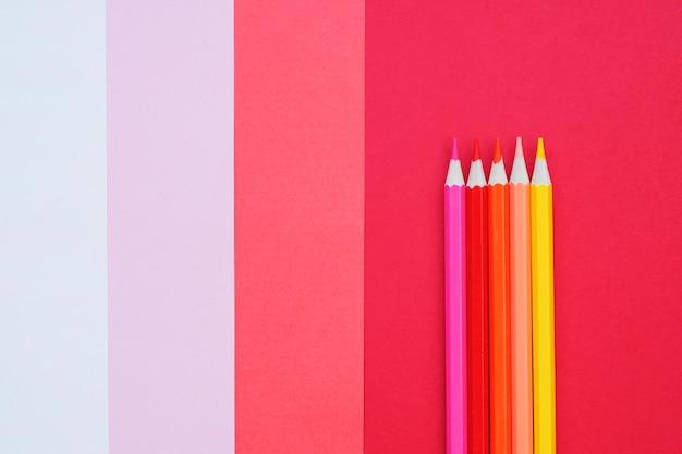 色鉛筆で抽象的な幾何学的な紙の背景。
