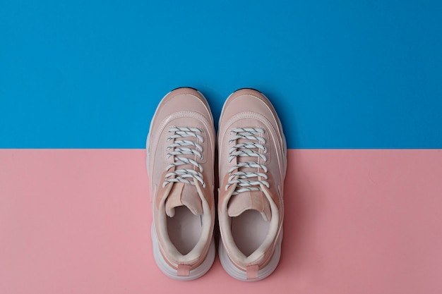 ブランド化されていないモダンなスポーティな靴、ピンクとブルーのスニーカー。上面図。