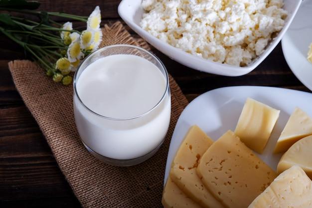Молочные продукты. молоко, сыр, масло и творог на старом столе