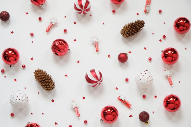 クリスマス組成-白地に赤の装飾。