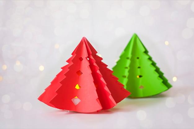 部屋を飾るためのろうそくを導いた紙からのクリスマスツリー。