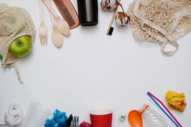 廃棄物ゼロのコンセプト:エコリサイクル可能な製品に対するプラスチックごみ、テキスト用のスペース、上からの眺め