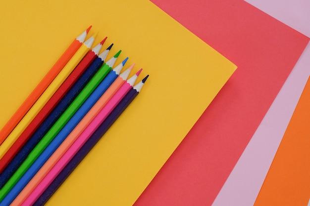 色鉛筆で抽象的な幾何学的な紙。