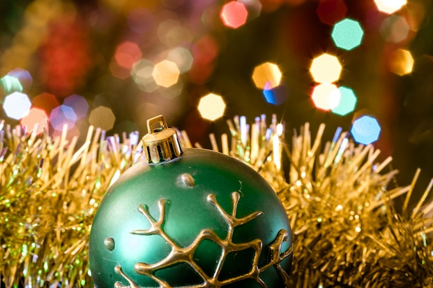 クリスマスツリーのぼやけた光とガラス玉