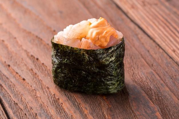 木製のテーブルの上の寿司