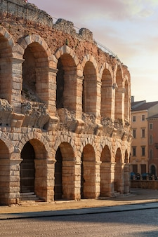 Утро на улицах вероны возле колизея арена ди верона. италия.