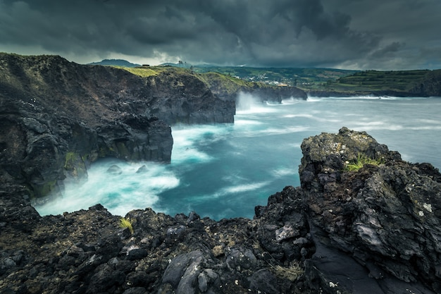 Скалистый берег. атлантический океан. остров асорез сан мигель. португалия.