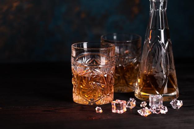 グラスに氷とウイスキー