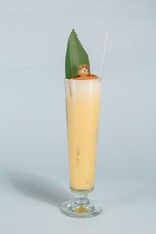 コピースペースを持つ白の熱帯のピニャコラーダカクテルのグラスのクローズアップ。夏の休暇の概念。