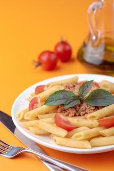 パスタフェットチーネボロネーゼ、トマトソース、パセリ、バジル
