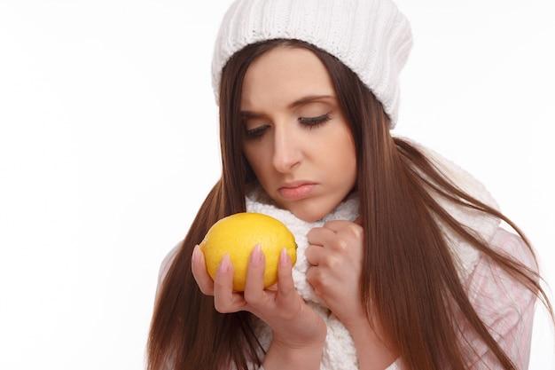 Серьезные женщина смотрит на лимон