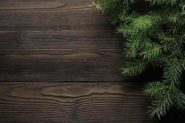 松とダークブラウンの木製テーブルの横に