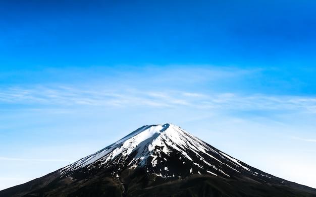 雪の帽子の青い空と富士山の美しい風景。