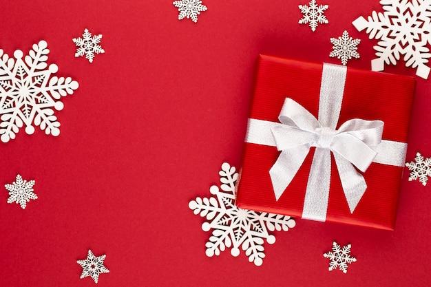 Рождество, праздничный подарок, коробка на красном фоне