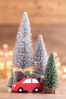 背景のボケ味のカラフルなクリスマスツリー