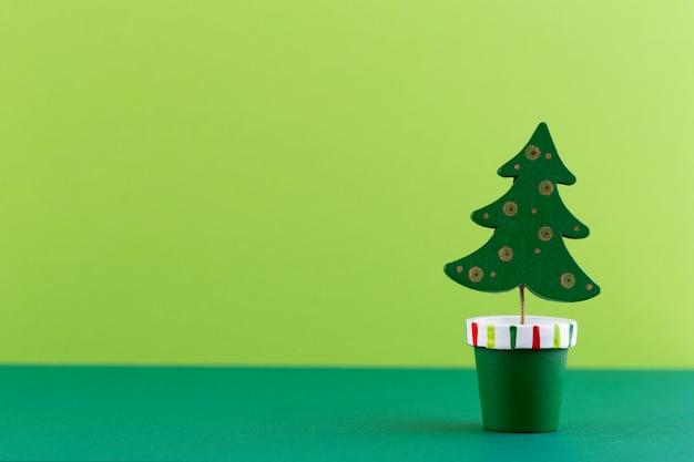 パステルカラーの背景上にクリスマスツリー