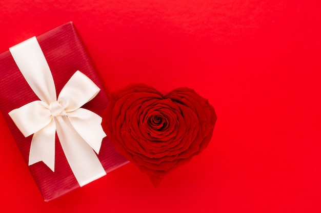 День святого валентина фон с красным сердцем розы