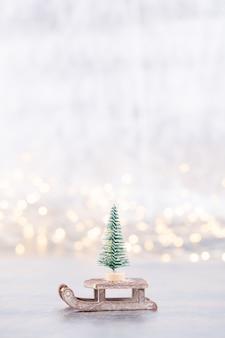銀、背景のボケ味のクリスマスツリー