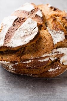 Золотой деревенский хрустящий хлеб и булочки на деревянном фоне