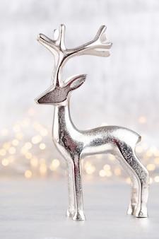 銀色の背景のボケ味のクリスマストナカイ