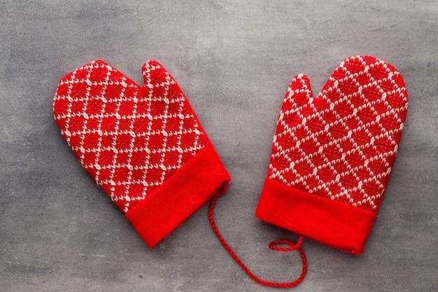 ギフトカードの木製の背景にクリスマスの手袋。