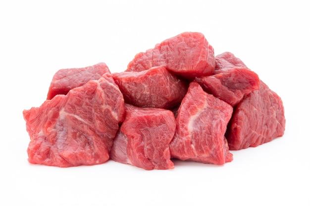白い背景の上のスライスの新鮮な肉。