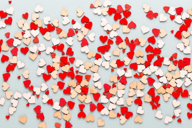 幸せなバレンタインデーの背景。パステル背景に小さなハート。