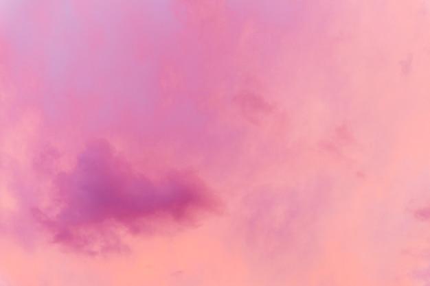 クリムゾンピンクの夕焼け空。閉じる。バックグラウンド。