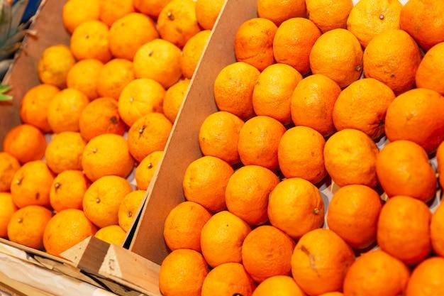 Коробки сочных мандаринов на прилавке магазина.