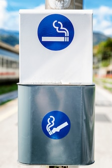 通りの灰皿の喫煙エリアに署名します。閉じる。垂直。