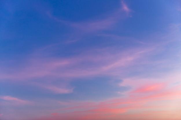 ピンク色の美しい日没前の空。テキストのためのスペース。