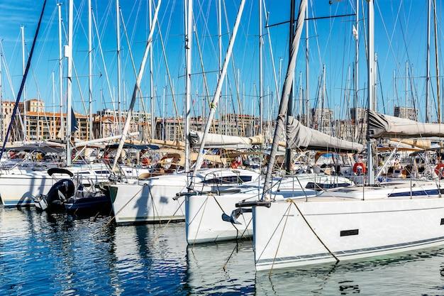 マリーナでのヨット。明るく晴れた日。美しい景色。