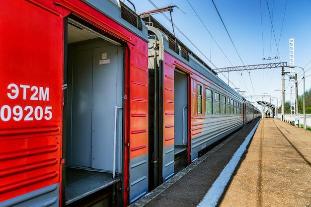 ロシアの鉄道は、ドアを開けて駅で列車します。側面図。