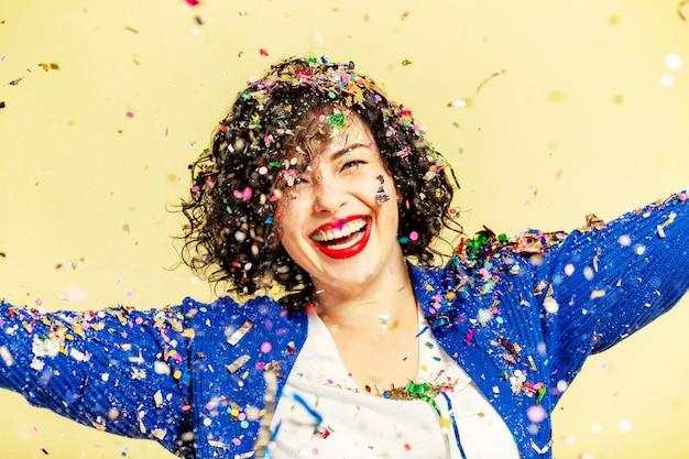 Красивая молодая женщина на праздник смех.