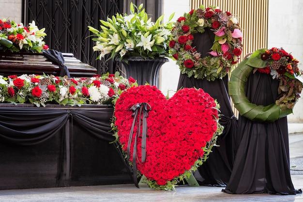 Похороны, красиво украшенные цветочными композициями гроб, крупный план