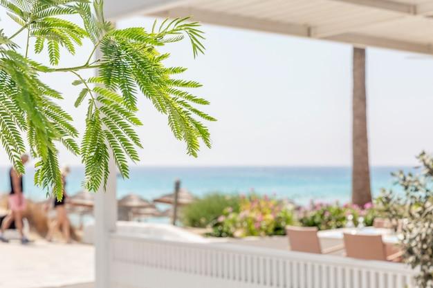 Белая беседка для отдыха на фоне моря на курорте. туризм и путешествия.