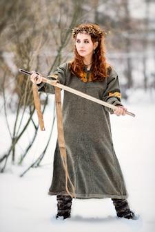 バイキング服で美しい女性
