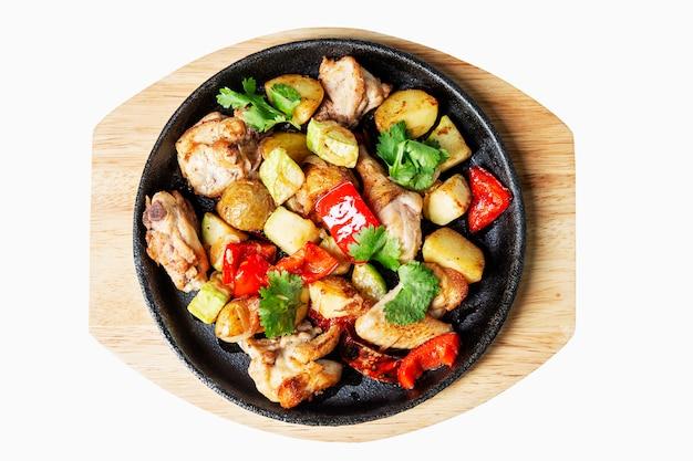 鉄板で焼いた野菜を木の板でお召し上がりいただけます。