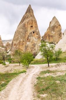 カッパドキアの谷の石灰岩の山々。