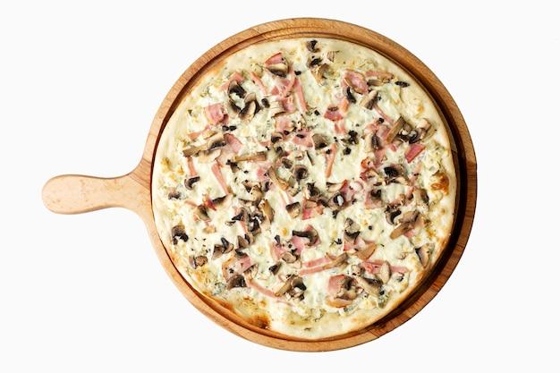 木の板にハムと食欲をそそるピザ。伝統的なイタリア料理。上面図。白で分離されました。