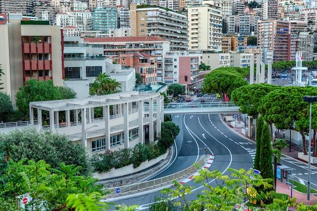 豊かな都市建築と曲がりくねった斜面の美しい上面図。