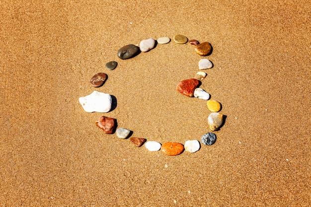 Сердце из камней на песчаном берегу