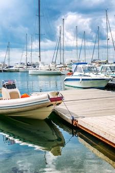 晴れた日にマリーナで白いヨット。