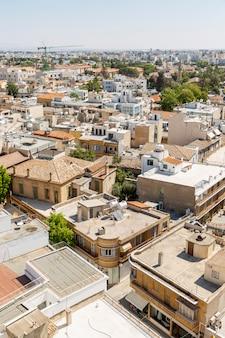 ヨーロッパの都市の家のオレンジ色の屋根の美しいトップビュー。垂直。