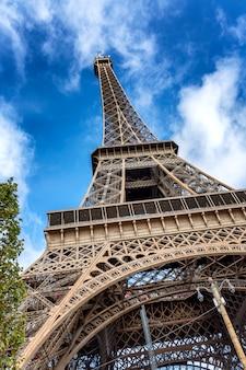 晴れた日に明るい青い空を背景にエッフェル塔の美しい景色。