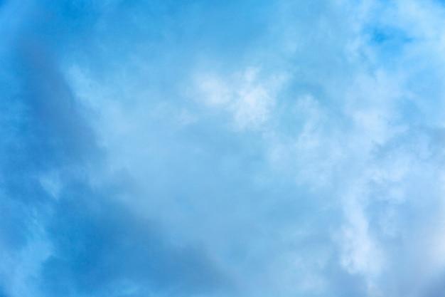明るい青い曇り空。